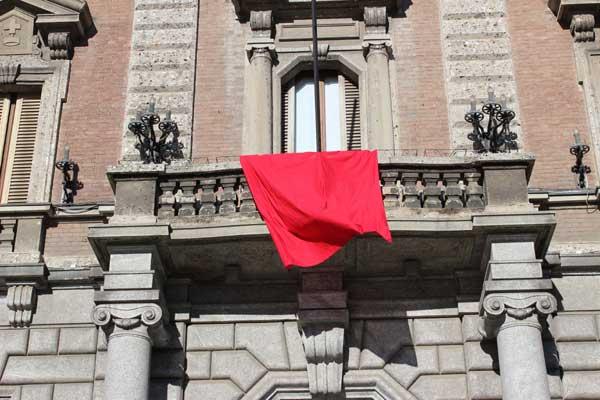 Drappo rosso al comune di Monza contro i maltrattamenti sulle donne