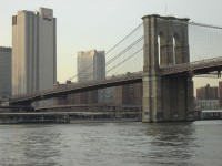 Il ponte di Brooklyn, sospeso su New York