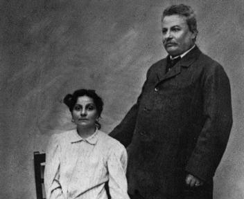 Giovanni Pascoli insieme alla sorella Mariù