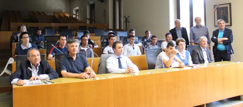 I protagonisti del Trofeo della Pace, seduti ai banchi della Sala Consiliare del Municipio di Monza