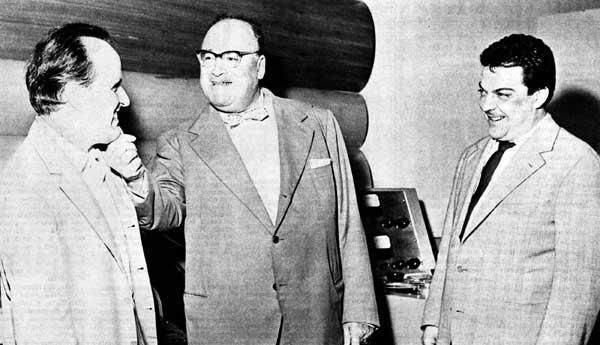 Bacchelli (al centro) con Nino Rota (a sinistra) e Bruno Maderna. Con i due musicisti lo scrittore collaborò a diverse opere teatrali.