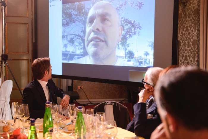 Angelo Vescovi, biologo e ricercatore, in collegamento da San Diego, illustra agli ospiti della serata a sostegno di SLAncio lo stato sulla ricerca sulla SLA. Di spalle il principe Emanuele Filiberto di Savoia.