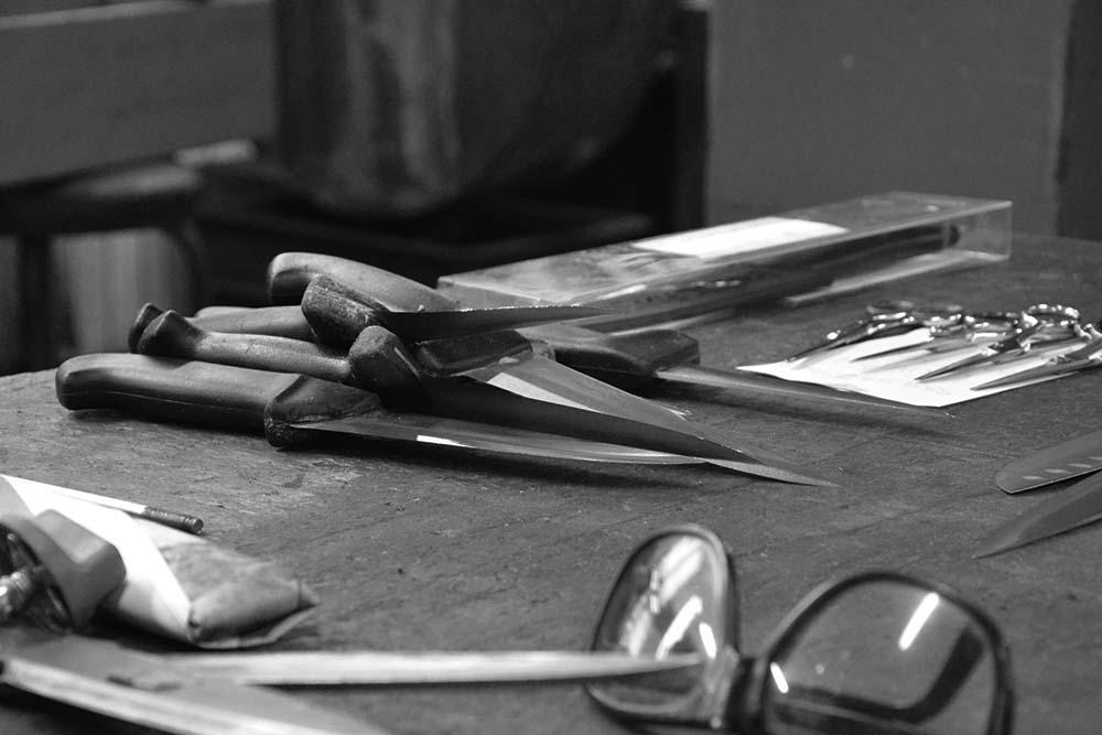Coltelli e forbici sono pronti per la molatura