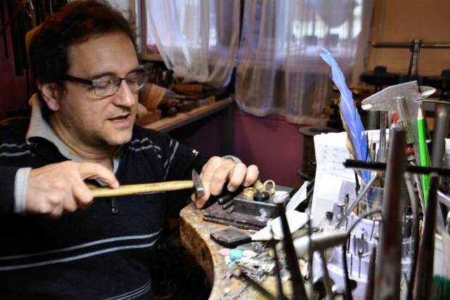 Il maestro orafo Antonio Migliozzi al lavoro nella sua bottega.