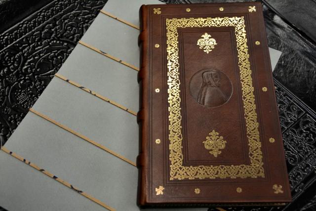 libri di uso comune: scritti di Dante o Petrarca