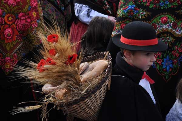 bambino-processione-fiori