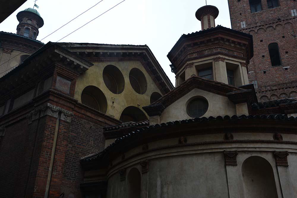 La Chiesa di San Satiro vista da dietro e dalla via laterale