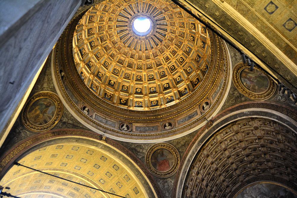 """La cupola: """"una vasta grotta scintillante d'oro e d'azzurro"""""""