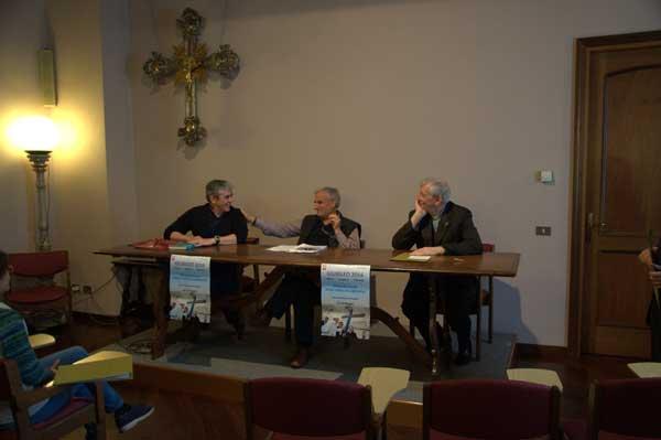 """da sinistra: Don Daniele Frigerio, Don Augusto Panzeri, Mons Silvano Provasi. """"La Croce di Lampedusa non è contro qualcuno è per tutti"""".Foto di Dario Erba"""