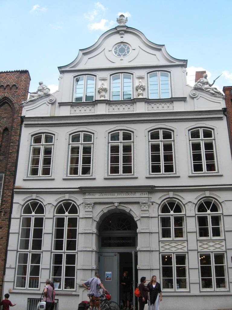 """La 'casa dei Buddenbrook' a Lubecca. Sopra la porta la scritta: """"Dominus providebit"""", il Signore provvederà"""