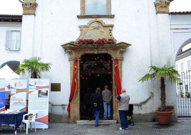 La piccola chiesa di San Gerardo intramurano, detta di San Gerardino, di origine cinquecentesca, addobbata per la festa.