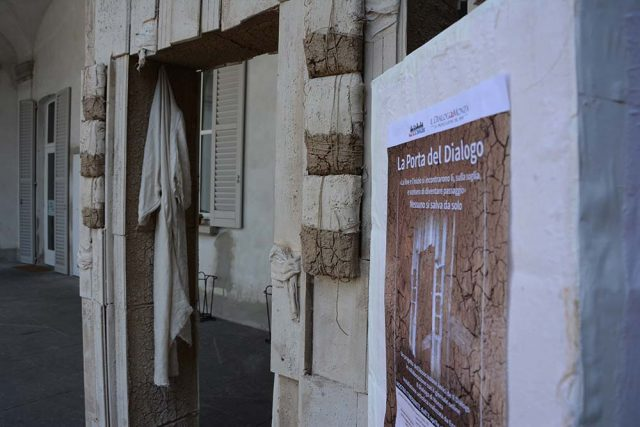 """La """"porta del dialogo"""" è un progetto dell'artista Enzo Biffi. Sarà qui esposta fino all'8 giugno quando si muoverà alla volta di nuove riflessioni e di nuove suggestioni da suscitare negli astanti che correranno a vederla."""