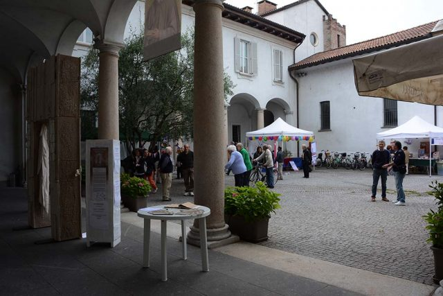 Persone in visita all'Oasi San Gerardo.