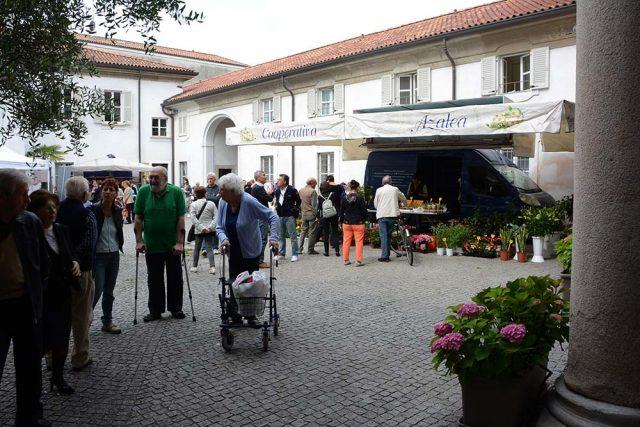 Stand informativi e laboratori creativi di associazioni del territorio invitati da la Cooperativa Sociale La Meridiana e dal Consorzio Comunità Brianza.