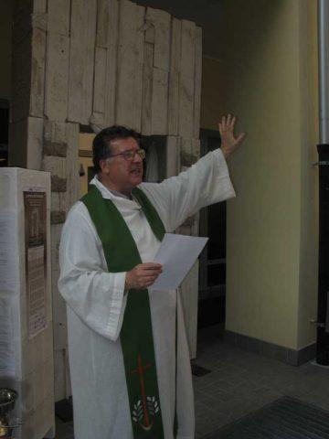Padre Piero, cappellano della Residenza San Pietro e di SLAncio, benedice la Porta e invita a varcarla