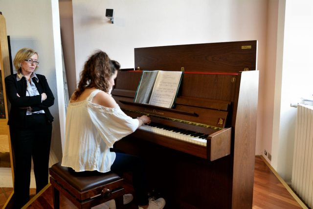 Una allieva della Fondazione Musicale Vincenzo Appiani che esegue un pezzo al pianoforte.
