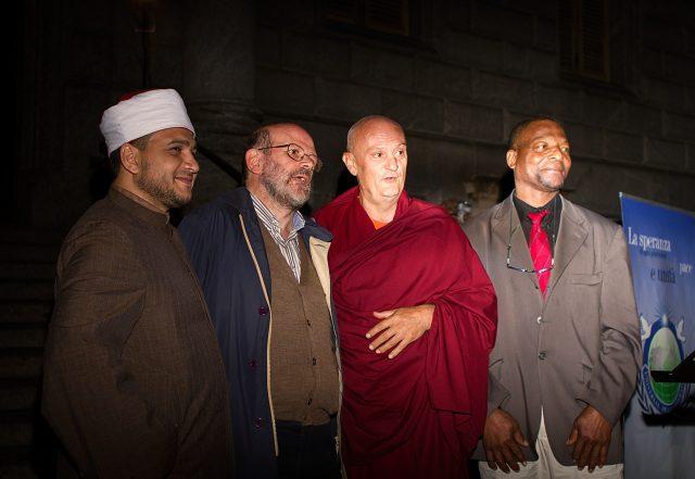 Un momeno della veglia dell'anno scorso, con l'limam del centro islamico, don Renato di Pax Christi, il monaco Cesare, il pastore evangelico Thomas