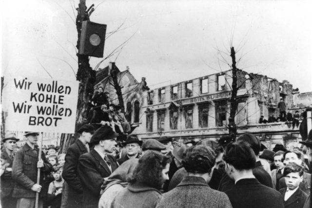 ADN-ZB- Röhnert Streiks u. Unruhen i. Deutschland U.B.z.: Wegen der katastrophalen Ernährungslage legten am Montag, 31.3.1947, in Krefeld Tausende die Arbeit nieder und versammelten sich zu einer Protestkundgebung auf dem Karlsplatz. Zahlreiche Transparente brachten die Forderungen der Arbeiter zum Ausdruck.