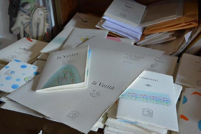 Uno dei preziosi libretti stampati su carta a mano