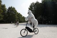 Il ciclista-nuvola che smaschera l'inquinamento dell'aria