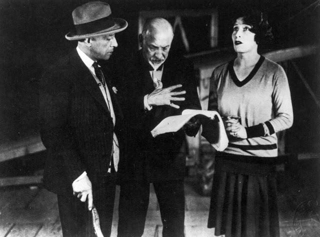 Pirandello (al centro), insieme agli attori Lamberto Picasso e Marta Abba.