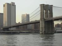 Il ponte di Brooklyn, sospeso su New York