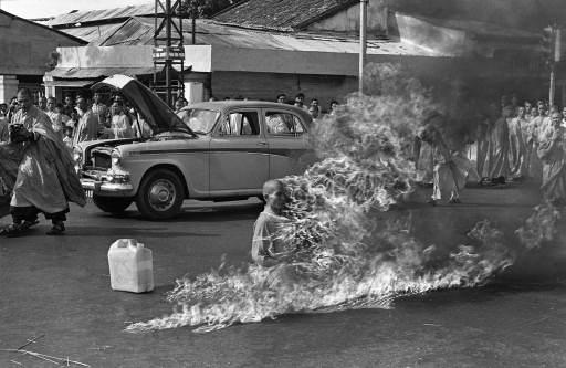 La celebre fotografia del monaco buddista Thich Quang Duc che si diede fuoco a Saigon