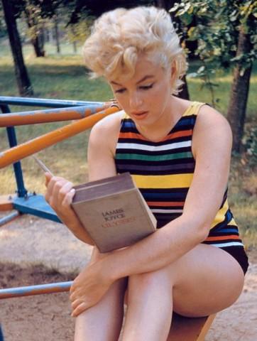 Il celebre scatto di Eve Arnold che ritrae Marylin Monroe mentre legge l'Ulisse di Joyce