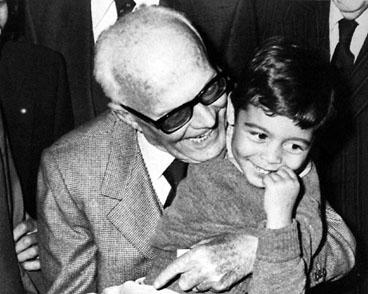 Il Presidente della Repubblica Sandro Pertini con un bambino.