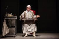 Il 'malato immaginario' Gioele Dix in scena al teatro Manzoni
