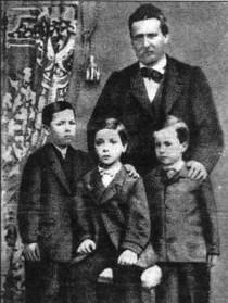 Giovanni Pascoli bambino (è l'ultimo a destra nella foto), con il padre Ruggero e i fratelli Giacomo e Luigi.