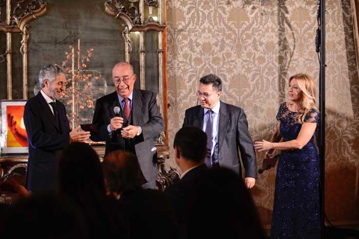 Da sinistra: Roberto Mauri, direttore di SLAncio, riceve da Franco Abruzzo, presidente onorario O.d.G.  il tesserino di Luigi giornalista. A fianco di Abruzzo,  Fabrizio Annaro, direttore de Il Dialogo di Monza e Daniela Cuzzolin Oberosler, giornalista RAI presentatrice della serata