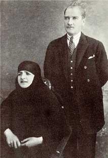 con la moglie Latife