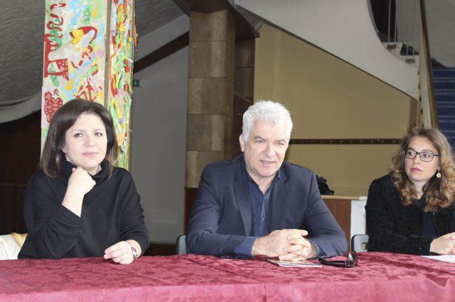 da sinistra: Paola Pedrazzini, direttore artistico del teatro Manzoni, Gioele Dix e Francesca Dell'Aquila, assessore alla Cultura