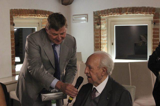 Aldo Fumagalli, presidente UCID di Monza e Bfrianza,  consegna riconoscimento  a  Luigi Rovati,   Professore e Cavaliere del  Lavoro