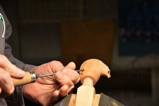 Scalfitura della superficie di una pipa con la sgorbia