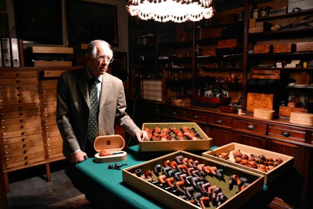 Franco coppo con una parte della sua collezione di pipe