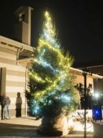 Si accendono le luci di Natale e suonano le campane nel Paese Ritrovato