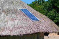 Un pannello solare sul tetto di una scuola